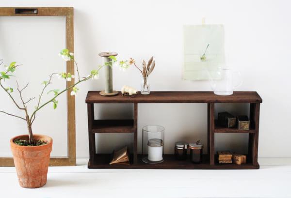 雰囲気たっぷり!温もりあふれる「昭和レトロな飾り棚」をDIY!