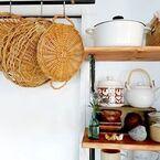 コンパクトなキッチンスペースにもおすすめ♪吊るして掛けるすっきり収納アイデア