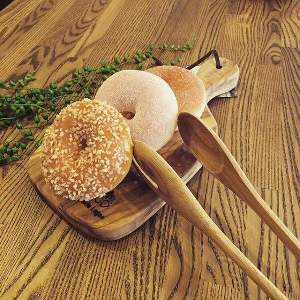 カッティングボードにパンを置いて2