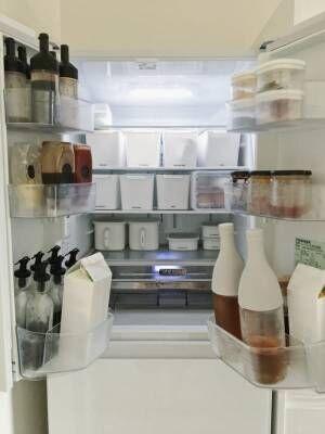 モノトーンで統一した冷蔵庫収納