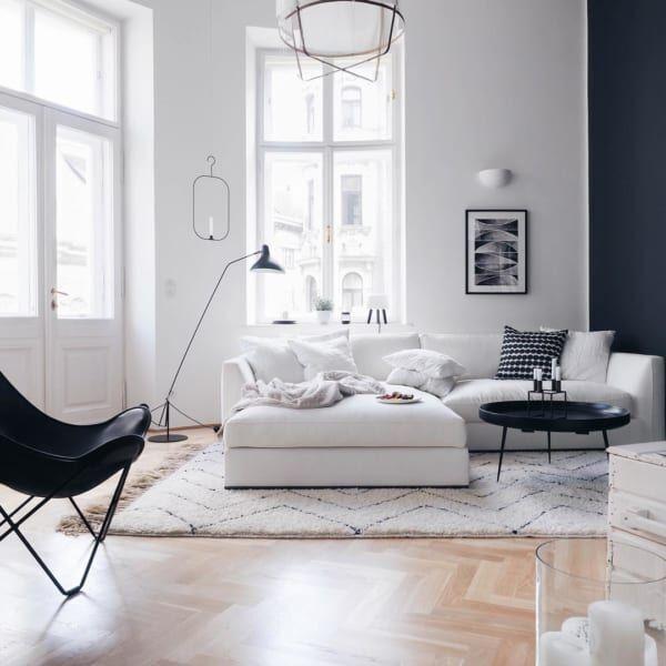 存在感抜群の白いソファはミニマムに2