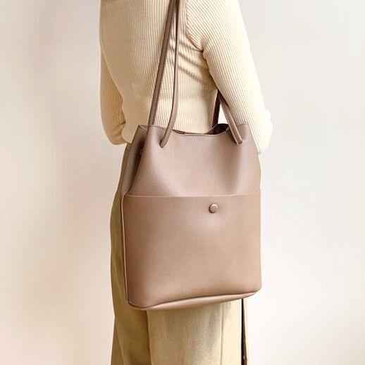 秋のオフィスコーデにぴったり☆色々使える大きめバッグをまとめてご紹介します!