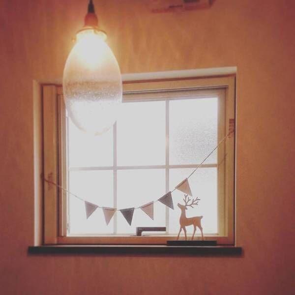 窓の光をさえぎらない控えめな飾り