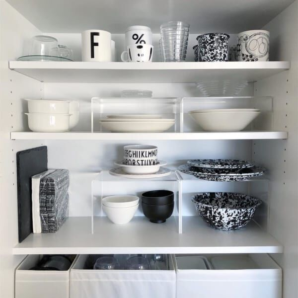 食器類の収納はスタンドを利用