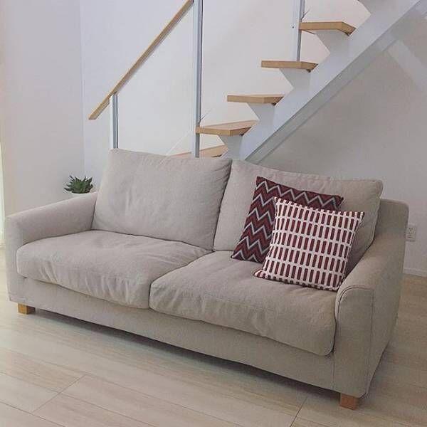 シンプルなソファーにクッションで差し色を加える