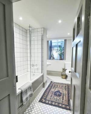 ホワイトでシンプルなバスルーム