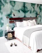 寝室のアクセントに♡ベッドサイドテーブルを取り入れた海外インテリア