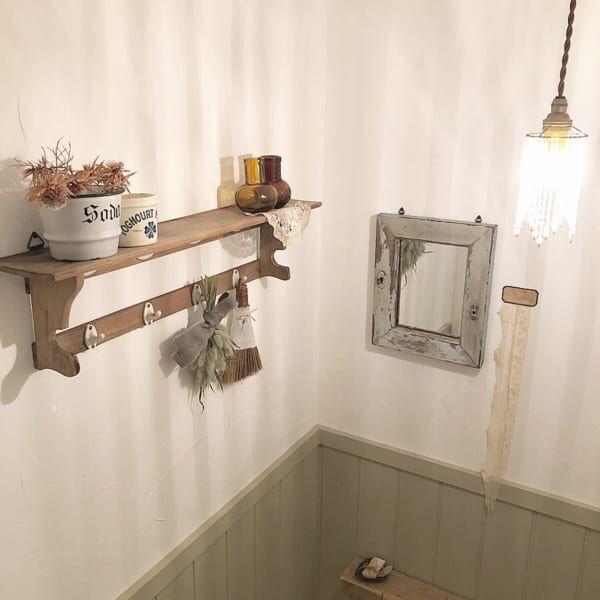 飾り棚を取り付けたトイレ