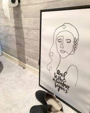 アートポスターを飾ったトイレ