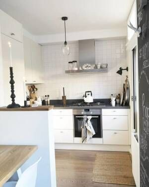 ホワイトタイルが爽やかなキッチンインテリア