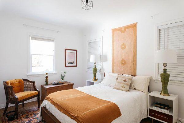マスタードイエローが差し色の寝室