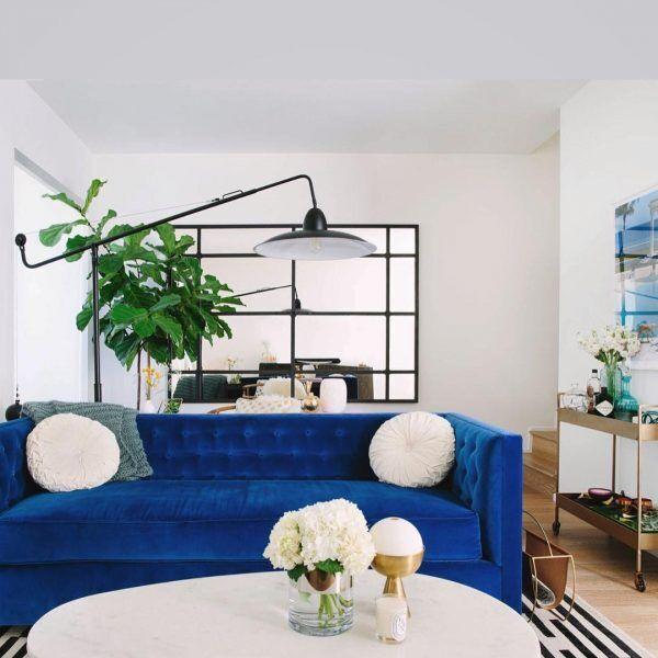 ビビットなブルーのソファ