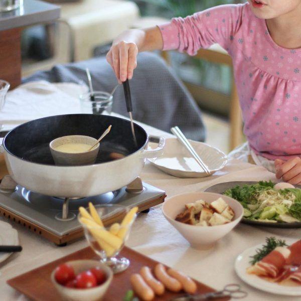 パーティー風のチーズフォンデュを調理