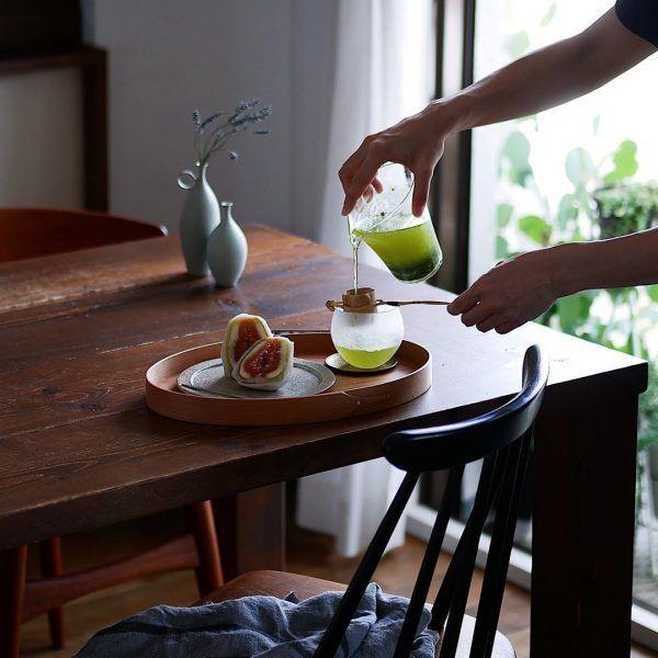 ガラス製の片口に水出し緑茶を