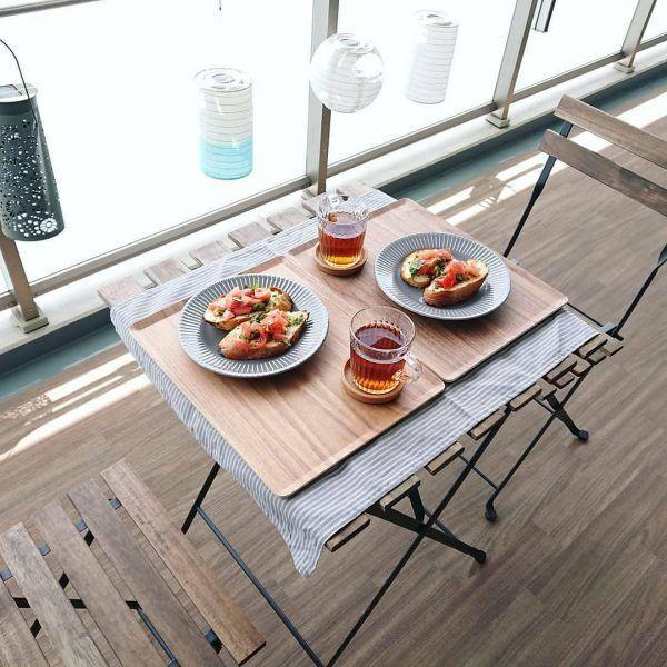 シンプルデザインのテーブル&チェアを採用する