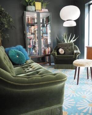 渋めカラーのソファーがポイント