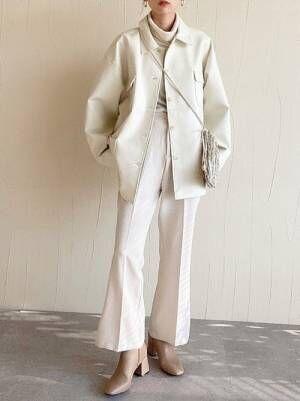 ユニクロの白タートル×白パンツ
