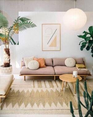 優しいピンクのソファがリラックス感を演出