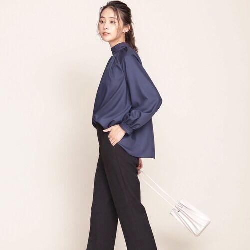 オンオフ問わず履きまわせる。定番カラーのパンツで作るきれいめスタイル