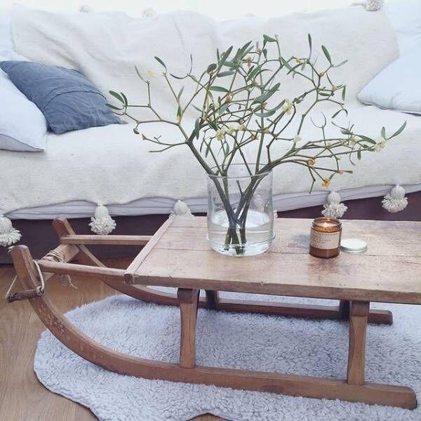 木製のソリはローテーブルに