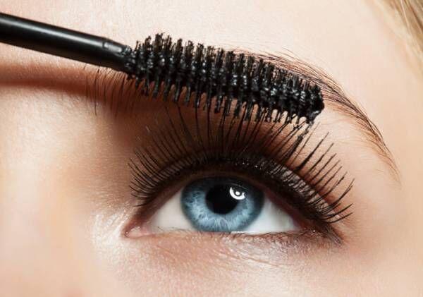 Make-up blue eye with long lashes with black mascara
