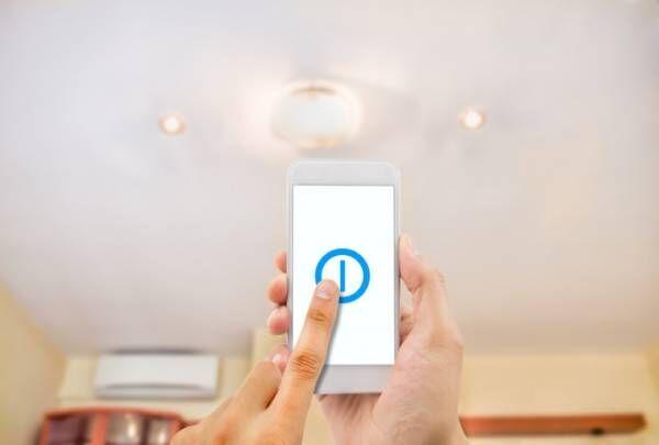 smartphone controlling an light