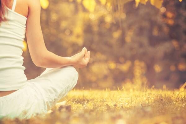 目を閉じ、瞑想する