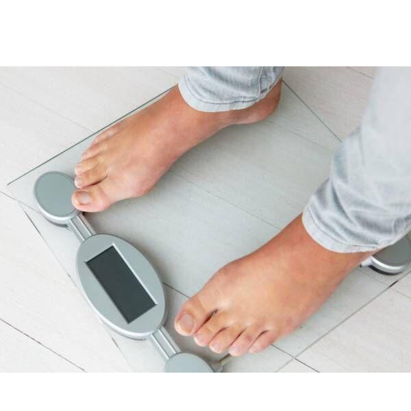 体重計に乗る人