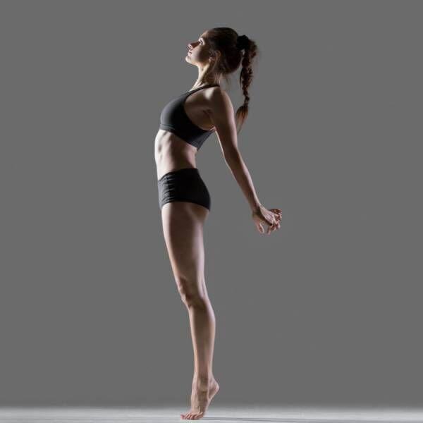 背伸びする女性