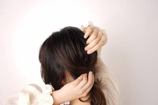 結んだ後に、トップを中心に髪を細い束状にひっぱり出して崩します