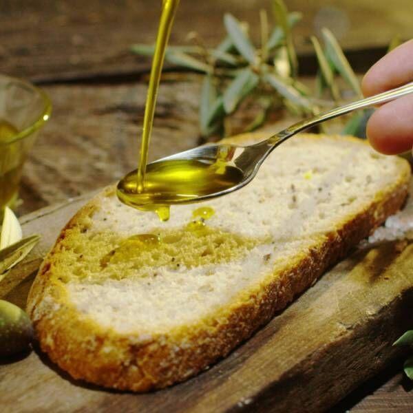 パンにオイルをかけている画像