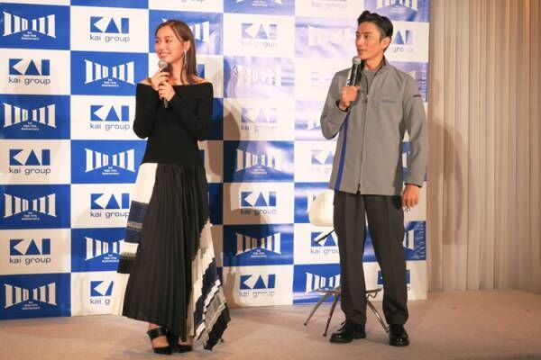 貝印工場の新制服を手がけた伊勢谷友介さん、「KAIビューティーアンバサダー」の内田理央さん登場