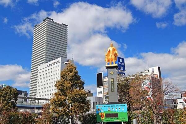 岐阜駅の『信長像』に「笑った」「さすがすぎる」の声 銅像を見上げてみると…?