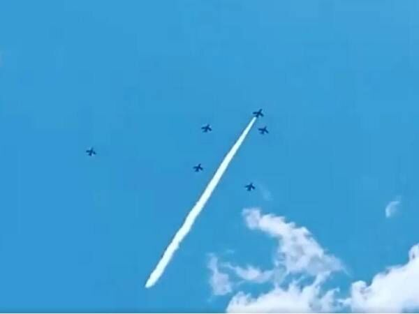 空に残されたスモークは、モールス信号だった! その意味に「感動した」