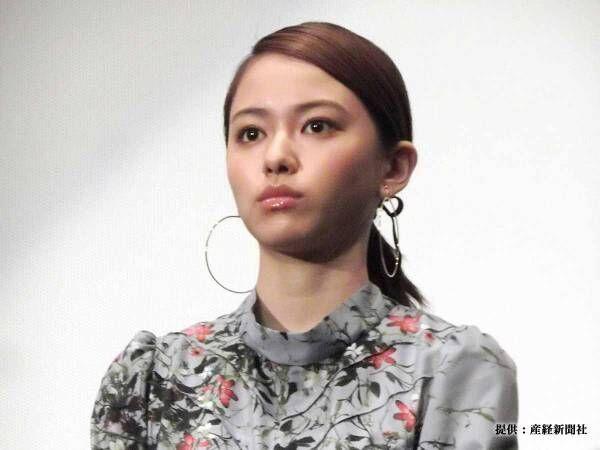 山本舞香が『ミニスカ制服姿』を公開! 「抱きつきたい」「絶対に学校に行く」