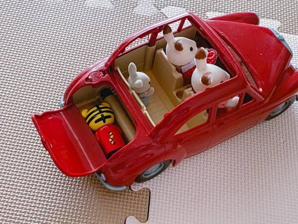ドライブ中に見えるシルバニアの人形だが…? 車の『トランク』の中身に、ゾッ!