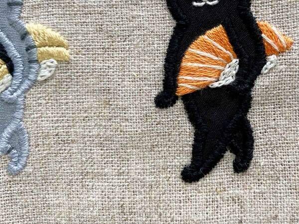 サーモンのお寿司を抱えた黒猫の姿に絶賛の声 「可愛い」「元気が出た」
