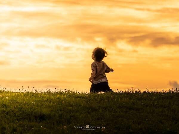 美しい夕日の下に…? 男性がTwitterに投稿した『1枚の写真』に心打たれる