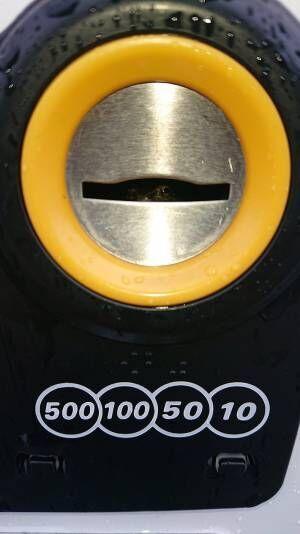自販機で飲み物を買おうとした男性 コイン投入口を覗くと…?