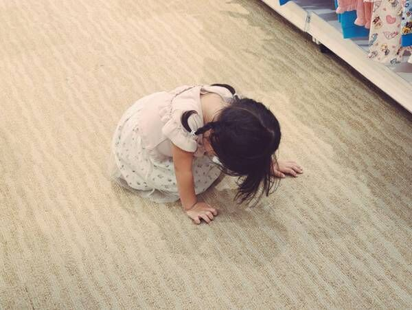床に手を付けて絶望する2歳娘… その理由に、9万人が癒された!