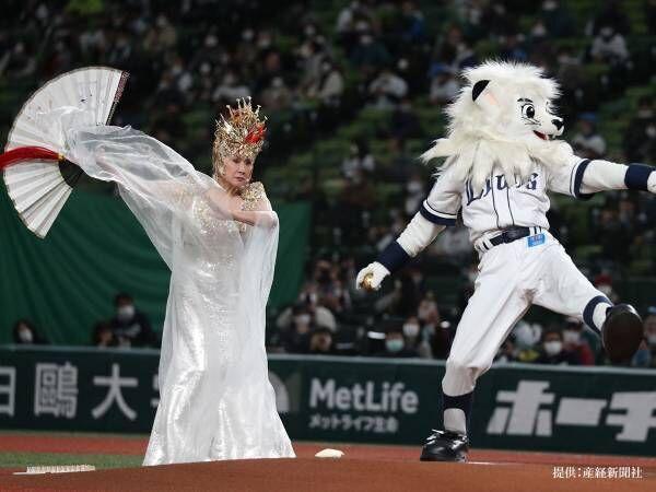 小林幸子が豪華衣装で始球式 しかし、多くの人が注目したのは…?