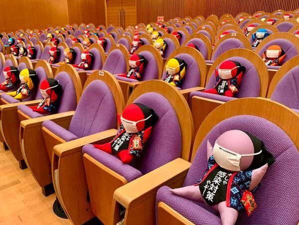劇場の空席を埋めていた『御一行様』がかわいすぎる! カラフルでご利益のある客とは