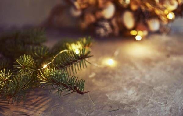 クリスマス・リースの輪に込められた、人々の祈りに思いを馳せる