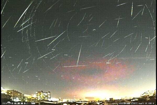 年間でも最大数の流星が見られるふたご座流星群 一夜の写真がまさに『星降る夜空』