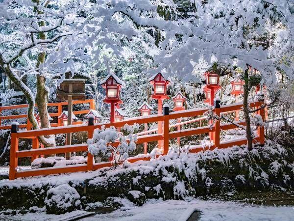 神社に広がった『朱と白の世界』 幻想的な4枚に「美しい」「心が洗われた」