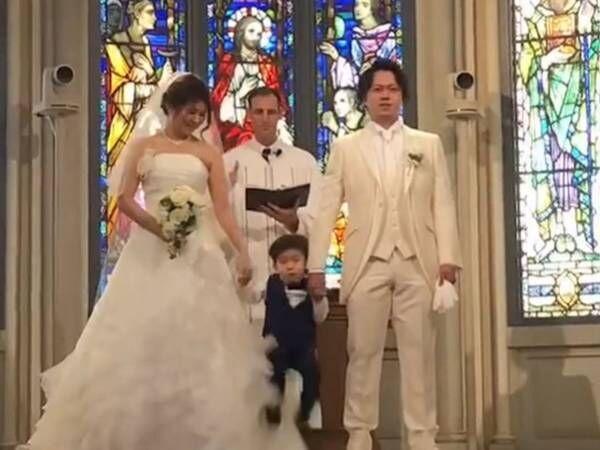 結婚式の途中、壇上に上がった息子 続く『自由すぎる行動』に笑いが起こる