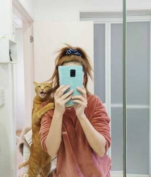飼い主が猫と撮ったら… 完成した『1枚』が、どうみてもカップル