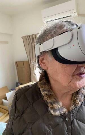 VRを初体験した祖母の『正直すぎる反応』をご覧ください