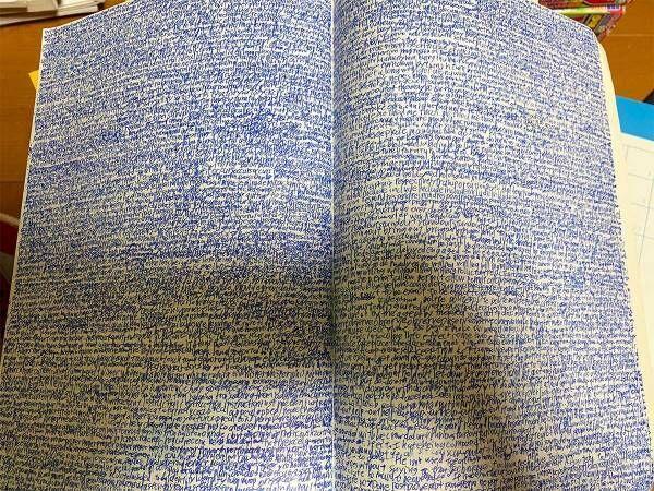 男性が掃除中に見つけた、高1のノートがこちら 「呪いかと思った」「これはエグい」