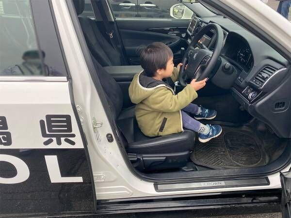愛車を当て逃げ警察に通報すると…? 息子に声をかけた警察官に称賛の声